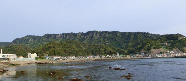 金谷のレストラン&マーケットthe Fishから見える鋸山の眺望 頂上部まで石切り場の遺構が数多く残されている