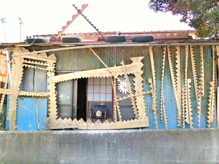 金谷にあった空き家を全面的に利用して、鋸山の材木で仕上げた矢部祐輔作『のこぎりハウス ―のこぎりハウスと金谷マンー』