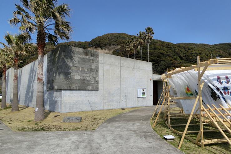 金谷美術館外観と佐々木たくめい作『カーテン』