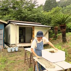 陶土を乾燥させる西山さん