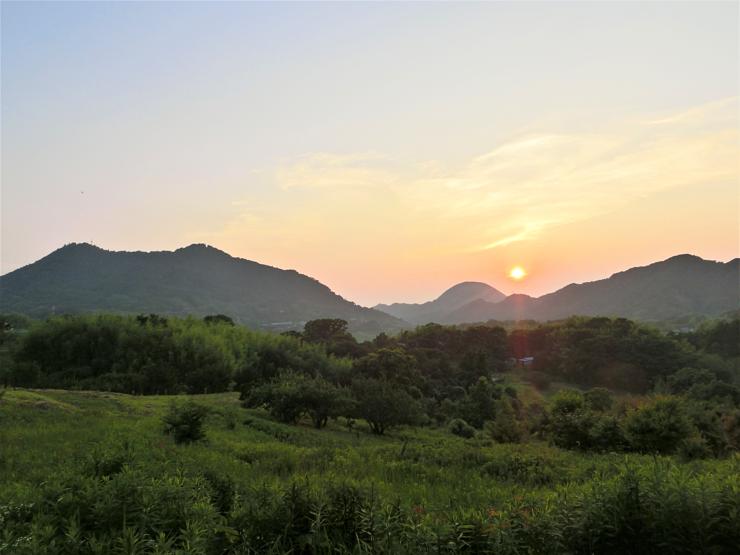 取材に伺った日の夕景 二つの峰が並ぶ写真左の富山(とみさん)へ、馬に乗って登る上級者コースもある