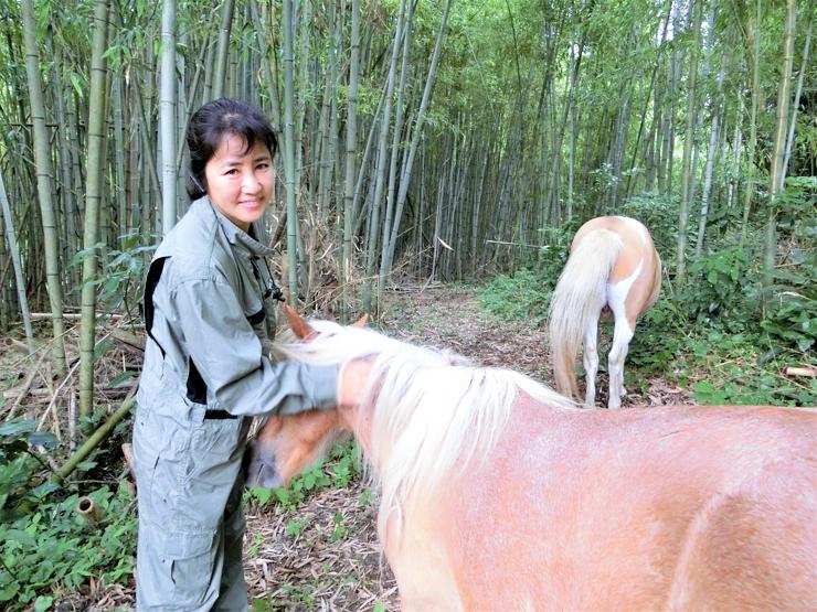 馬たちの細やかな変化にケアを欠かさず、それぞれの馬の個性を第一にしてコミュニケーションをとる菅野さん