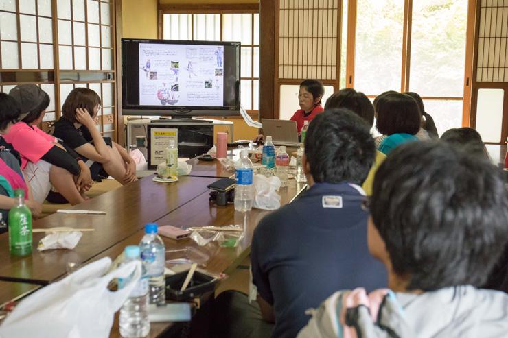 田んぼでの活動の合間に、地域の稲作に関するレクチャーを実施