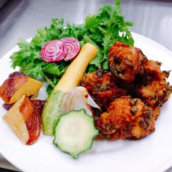 足達さんが作るイタリア野菜やタイ野菜を使った色鮮やかな料理の一例