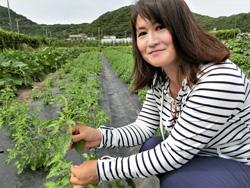 一つひとつ手作業で野菜を生育する足達さん
