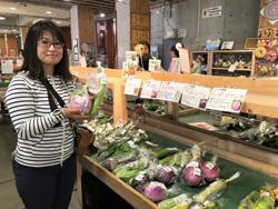 道の駅ハイウェイオアシス富楽里にて朝採れの野菜を販売している