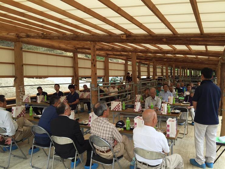 スノー・フィード中三原ファームで開かれた契約農家や関係者との会合の様子