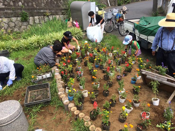 千葉大学園芸学部の学生有志と地域住民が運営するコミュニティガーデン「戸定みんなの庭」。月に1度程度の頻度で活動し、地元の人が10〜20人ほど集まる。