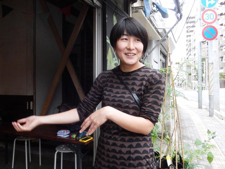 江口亜維子さん。旧・浮ケ谷邸前にて。