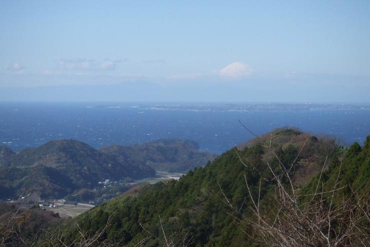 南房総市の「富山(とみさん)」からは、晴れた日に海越しの富士山がみられる  写真提供:南房総市