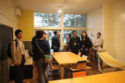 株式会社ココロマチのサテライトオフィスを見学する参加者たち