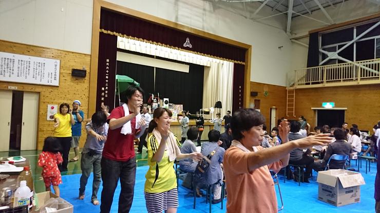 夏祭りでは学生達も盆踊りの輪に参加