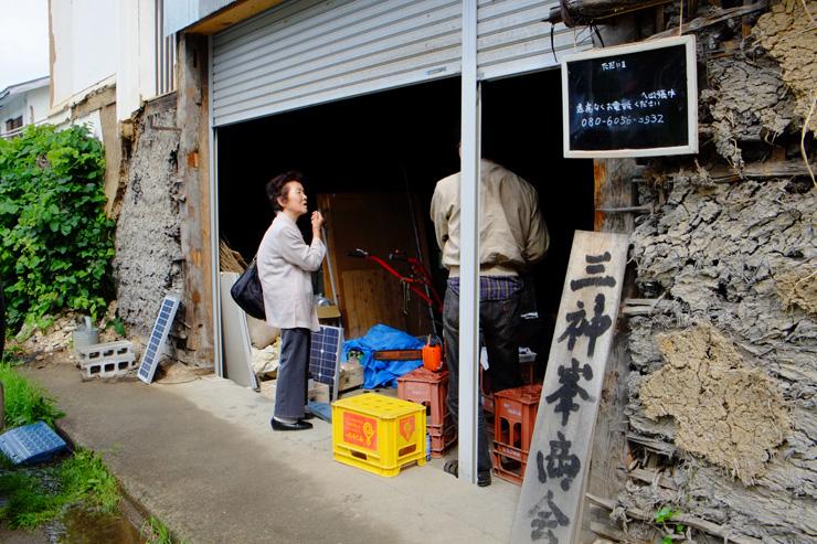 地元の年配のお客様が三神峯商会に注文を依頼、武樋さんが対応する