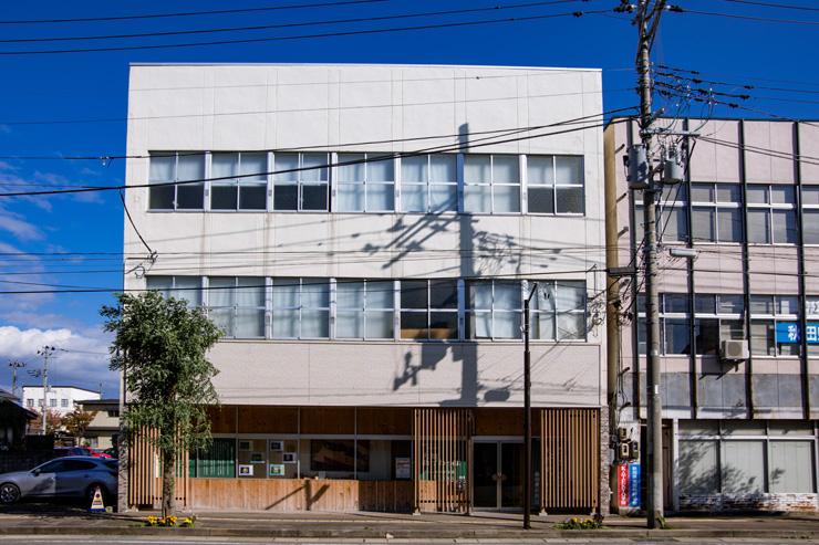 柴田慶信商店は創業地の工場が手狭になり、市内の入居者がいなかったビルを本社工場に