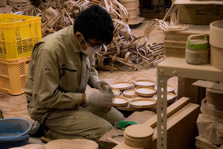 手作業での工程が多く、仕上げの精度にはこだわりがある