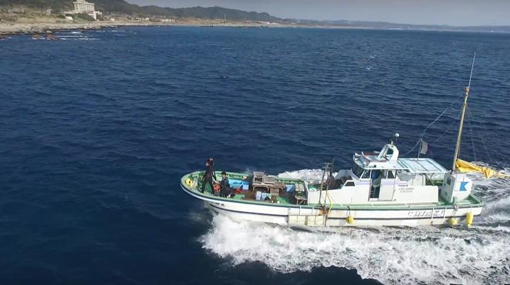 伊戸漁港からダイビングポイントまで船で向かう