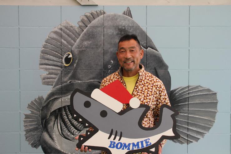 クリスマス仕様になったサメの BOMMIE(ロゴ)