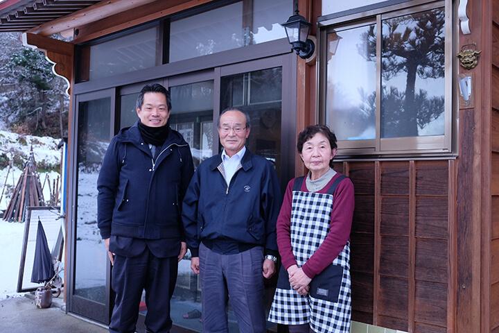 左より中村副村長、山内富士雄さんと奥様/山内さんご自宅玄関にて