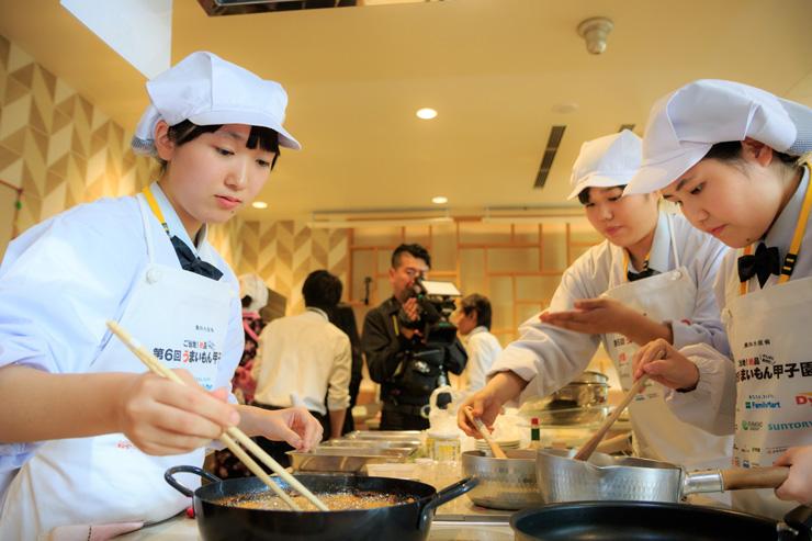 「うまいもん甲子園」の決勝で調理をする竹中千遥さん、島田さちさん、近藤佑香さん