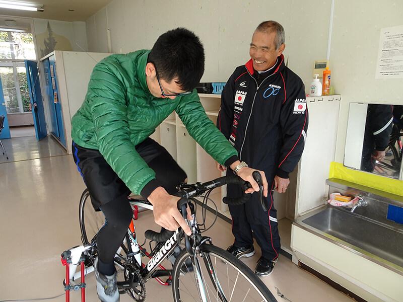 南房総サイクルツーリズム協会会長高橋松吉さんにフィッティングの指導を受ける安房神社岡嶋さん