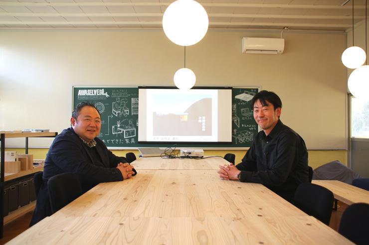 合同会社WOULD代表多田朋和さん(右)と株式会社良品計画高橋哲さん(左) シラハマ校舎内コワーキングスペース「AWASELVES」にて