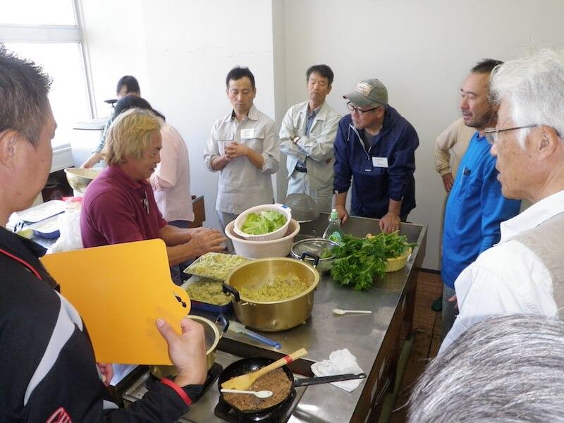 朝収穫した野菜で料理教室を開催