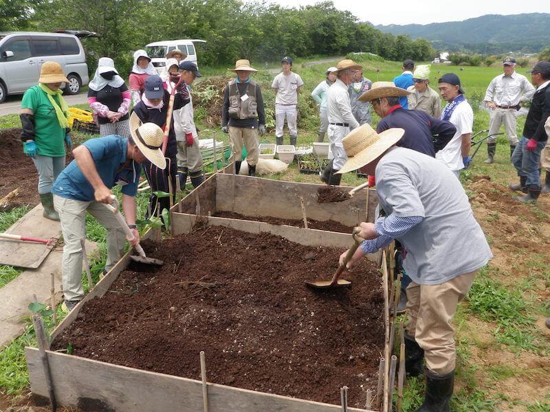 有機農業に必要な堆肥づくりを学ぶ参加者たち