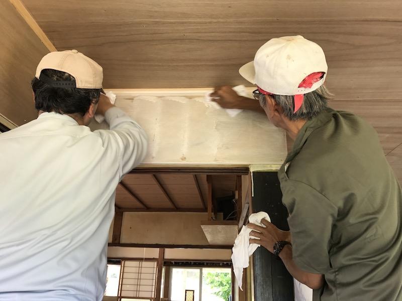 壁の塗装は、ペンキを塗った後、すぐに布で拭き取り、薄い塗膜をつくる方法で。