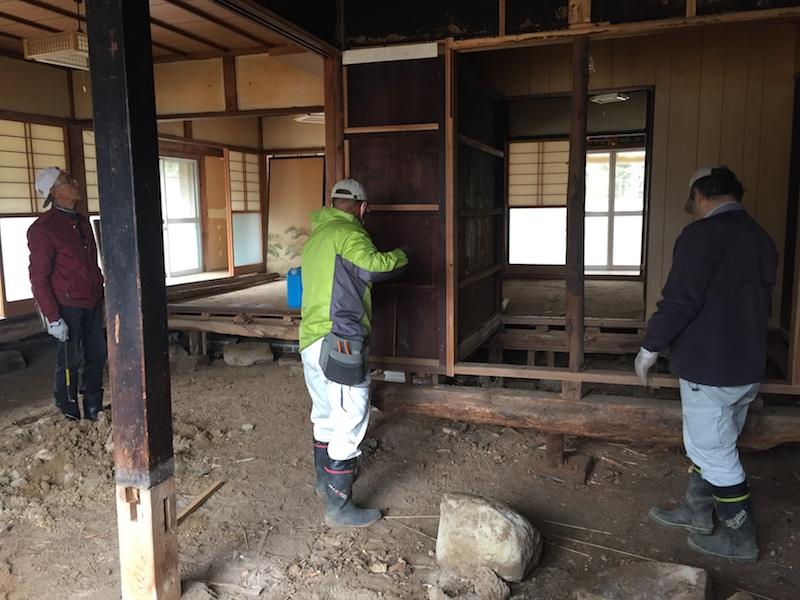 床をはがし、基礎を確認。朽ちていた木製の柱等を補強。