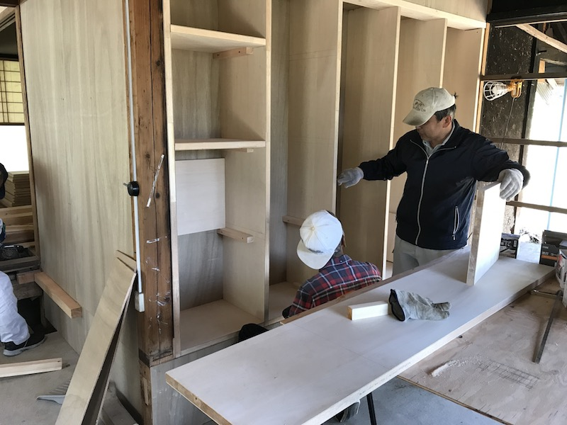 素人でも比較的簡単な「切る」「貼る」工法で、造りつけの棚を製作。