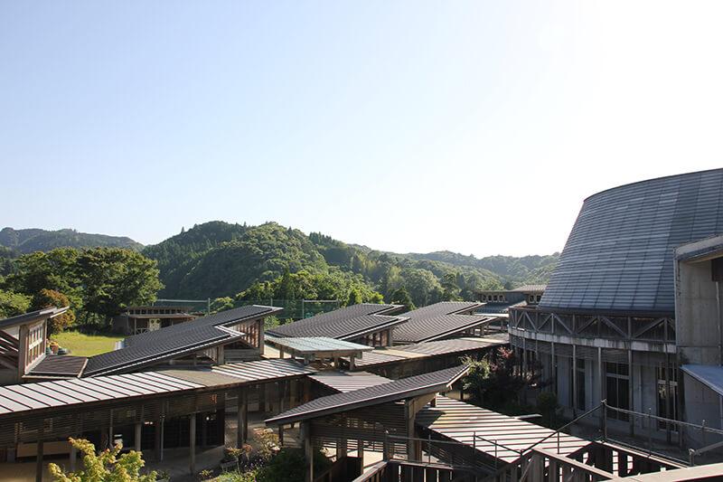 旧老川小学校は大自然に囲まれたデザイン性の高い施設(写真:旧校舎2階からの眺め)