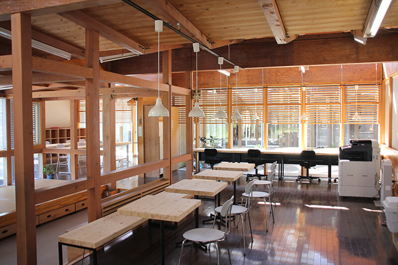 旧老川小学校内のコワーキングスペース
