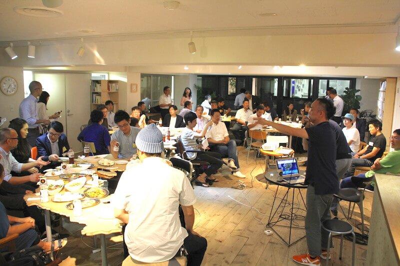 日本列島の形をしたテーブルを囲む参加者たち