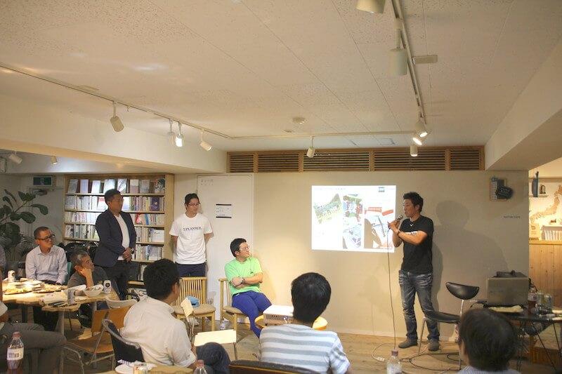 南房総でサッカー大会を開催する富澤隼人さん(左)と、i.PLANNERメンバーの川名義人さん(中央)