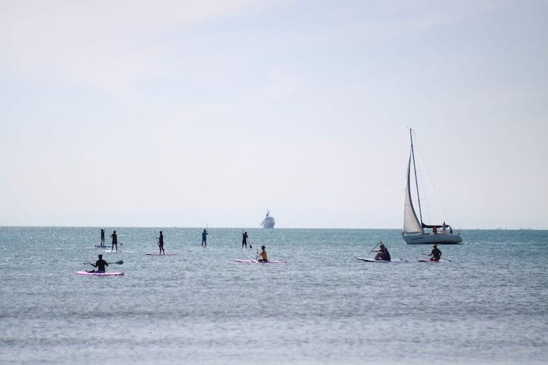 北条海岸BEACHマーケットにて開催したSUP体験やヨットクルージング(提供:鏡ヶ浦ヨット倶楽部)の様子