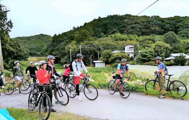南房総で自ら外国人旅行客を案内する瀬戸川さん(右から二番目)