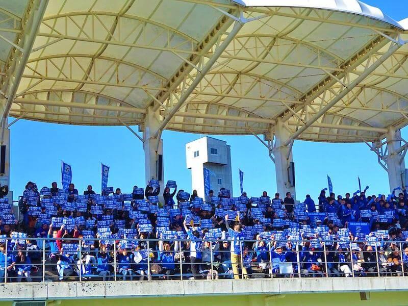 2015年12月5日チャレンジリーグ入れ替え戦の第1戦で「オルカブルー」一色に染まった満員の鴨川市陸上競技場のスタンド