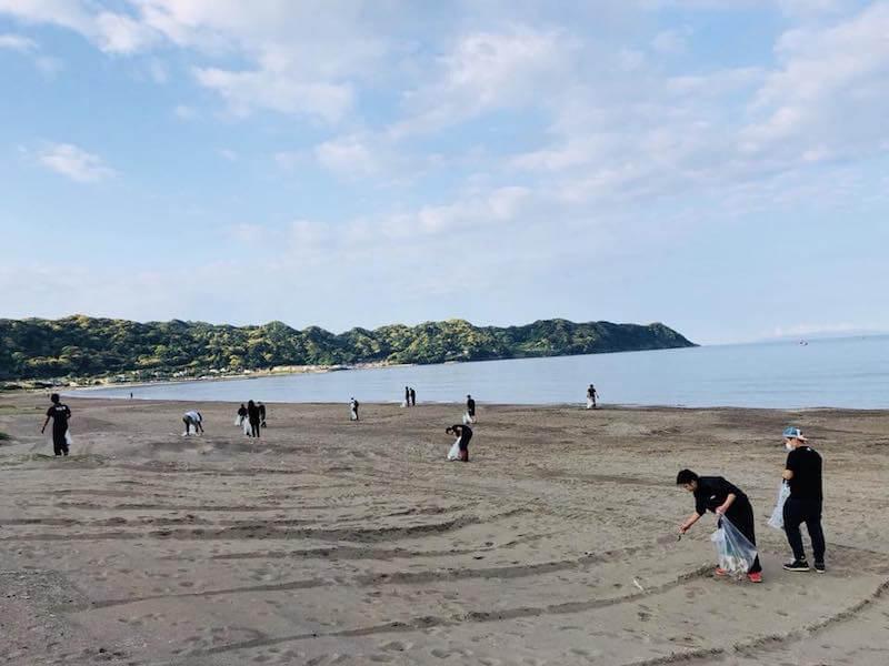 岩井海岸で月一のビーチクリーンを実施するi.PLANNERの皆さん