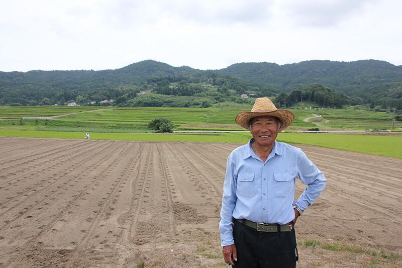 永井洋さん オーナー制度が始まった下小原地区の農場は壮大な景観に囲まれている