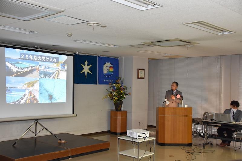 第63回千葉県水産業青壮年女性活動実績発表大会にて農商工連携によるギンザケ養殖の取組について発表する新井さん