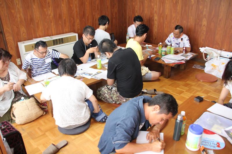 TUNE<常>の一室で利活用案を紙におこす参加者たち
