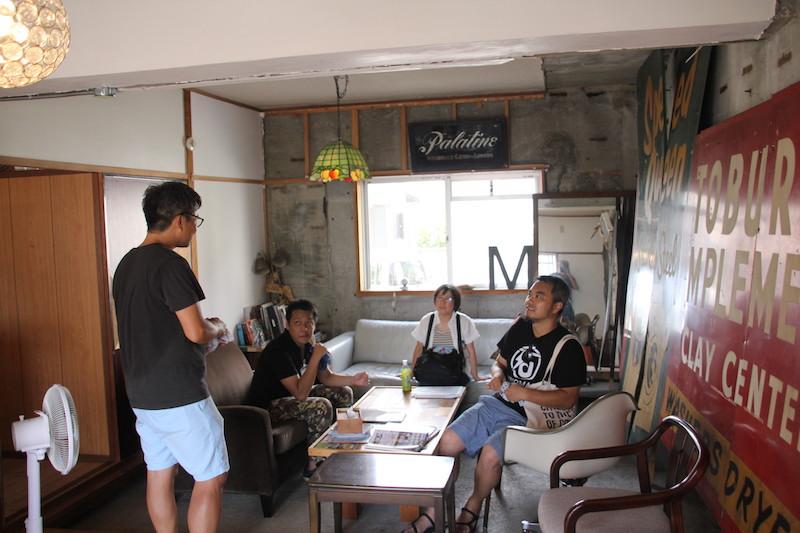 館山ミナトバラックス1階のコミュニティスペースにて(写真右:青木純さん)