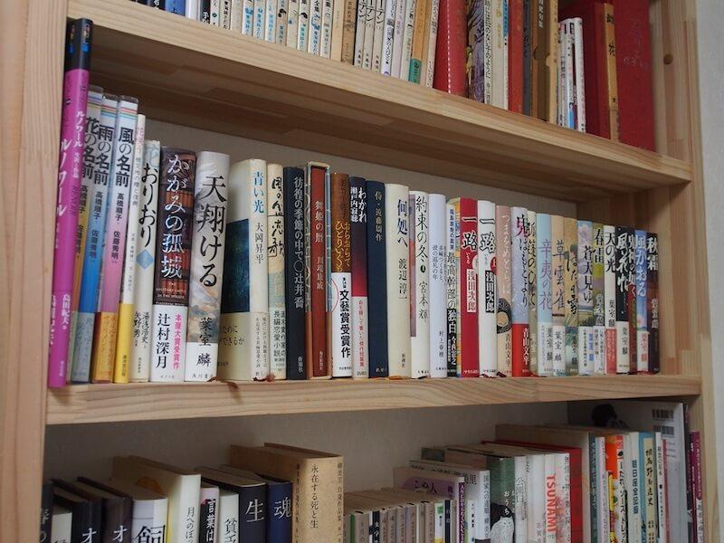 谷地さんの書斎にある書棚には、たくさんの小説と美術書が並べられている
