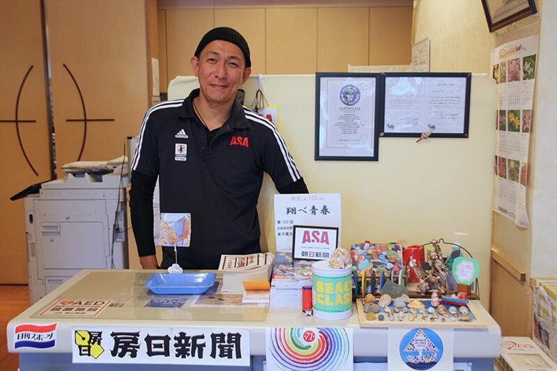 ASA館山店長松田さん 店内受付には海の漂流物を使ったハンドメイドの作品も