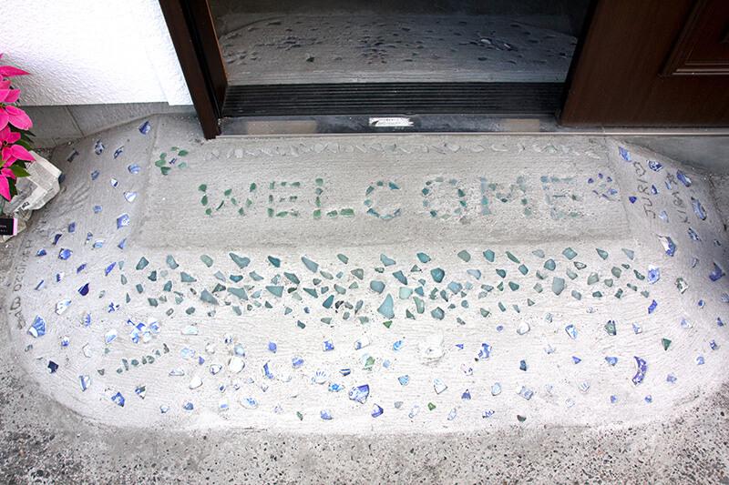 リニューアルオープンしたお店入り口にはビーチグラスが埋め込まれた